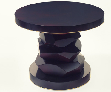 Side table, lacquered and varnished, table base and top mirror polished, thin brass ring | Human Heritage